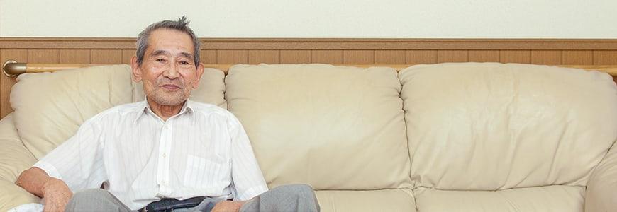 インタビューに答えるシニア男性