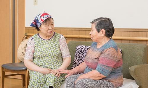 女性二人が話している談話スペース