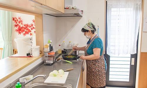 女性スタッフが調理をしている様子