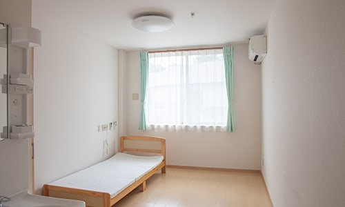 ベッドが一つ置いてある居室
